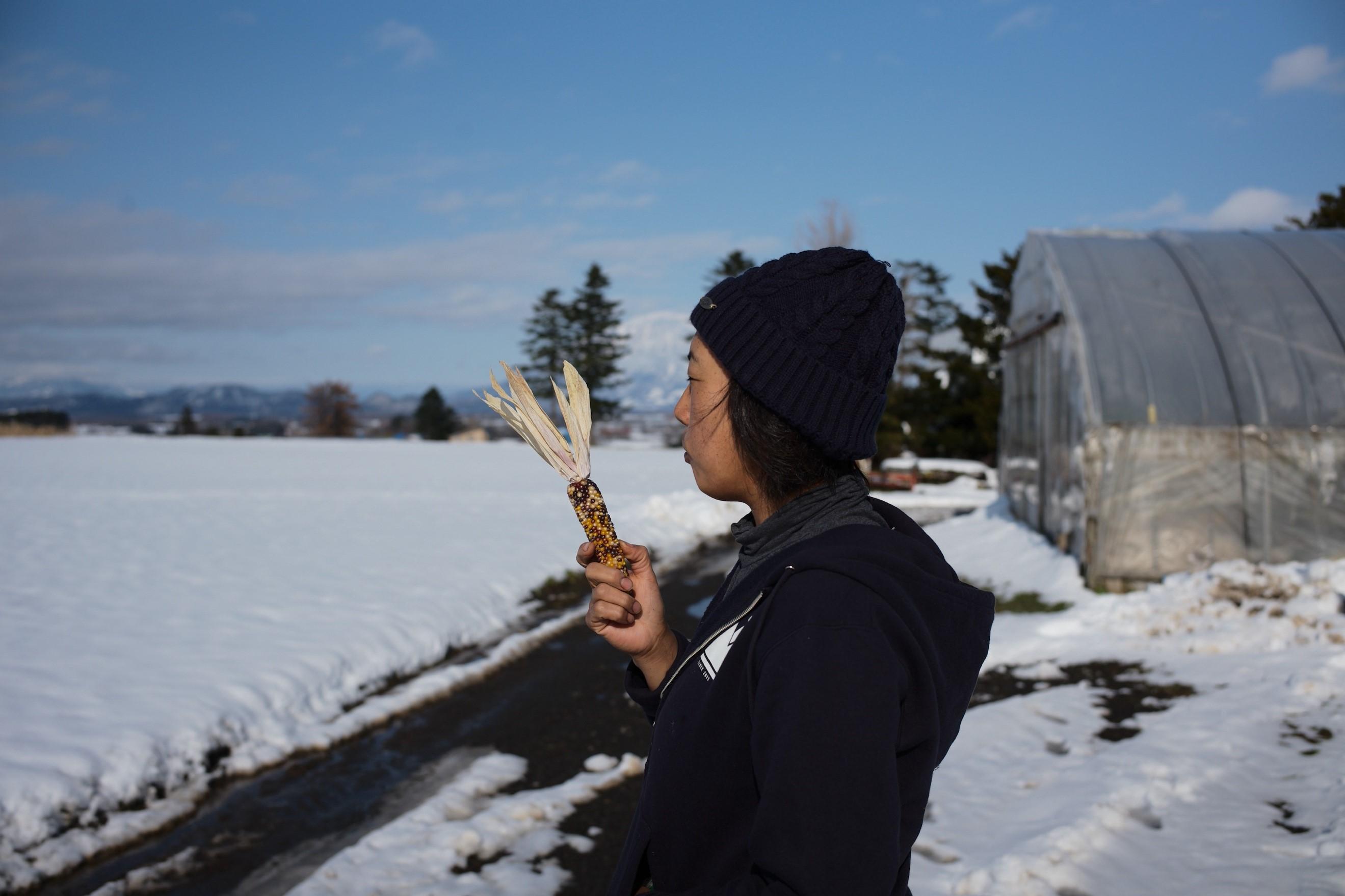 バイカラーのポップコーンを片手に、農場について語ってくれた